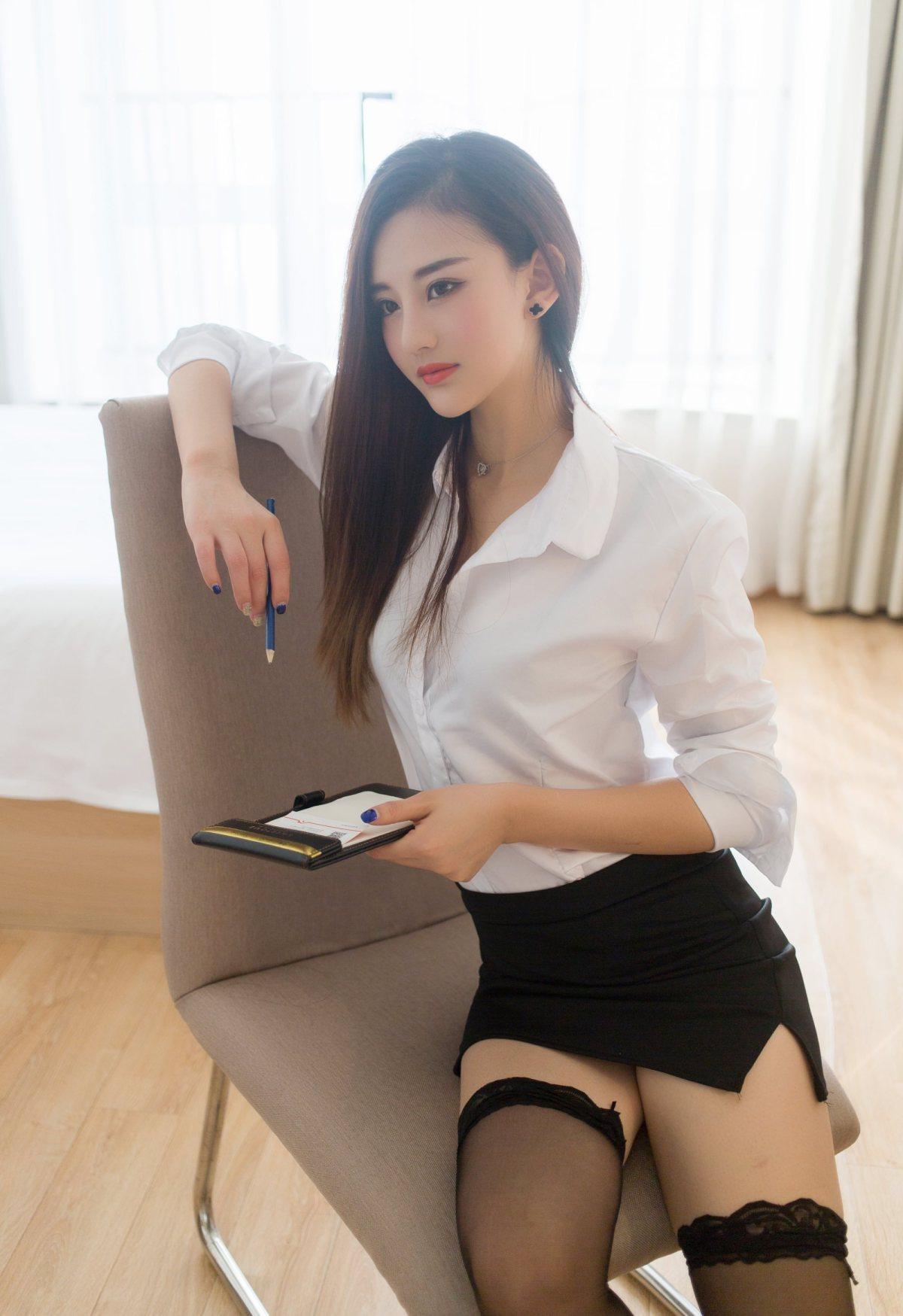 ABP-697情趣内衣长腿美女居家私房照