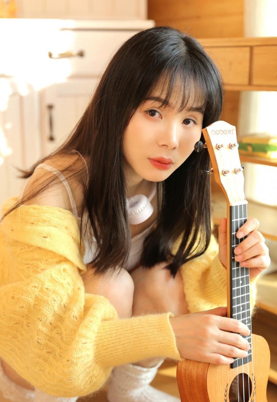 EK-118高挑韩国美女修身长裙展妙曼身材