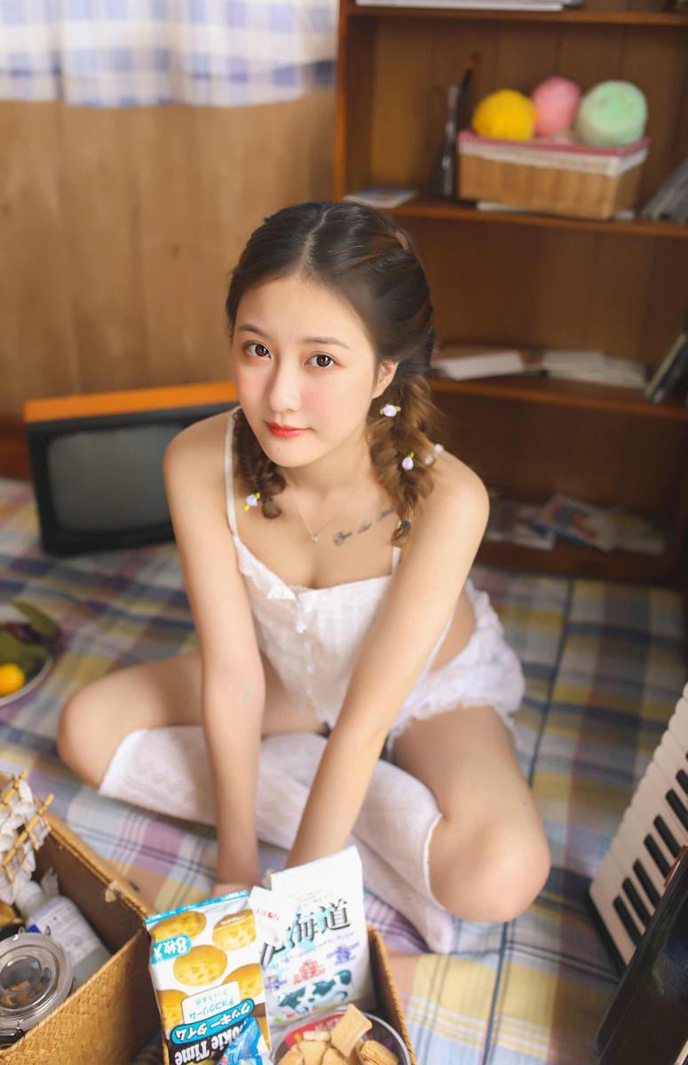 4SHK-660童颜萝莉吊带内衣白丝美腿写真