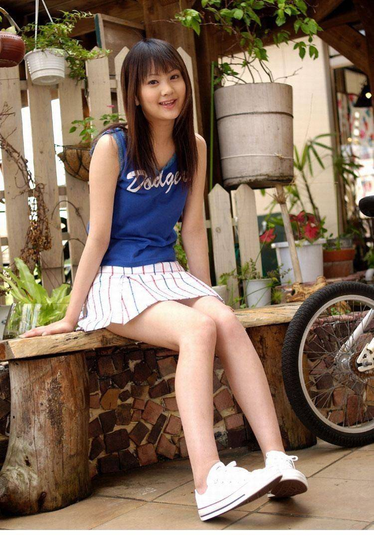 HODV-21176性感美女低胸短裙傲人上围写真