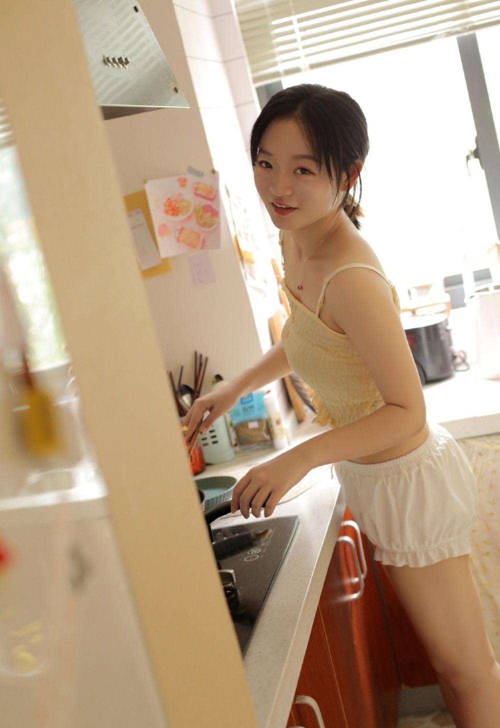 GIHK-003身材高挑纤细的制服女子细腰翘臀丰满爆乳惹火销魂图库