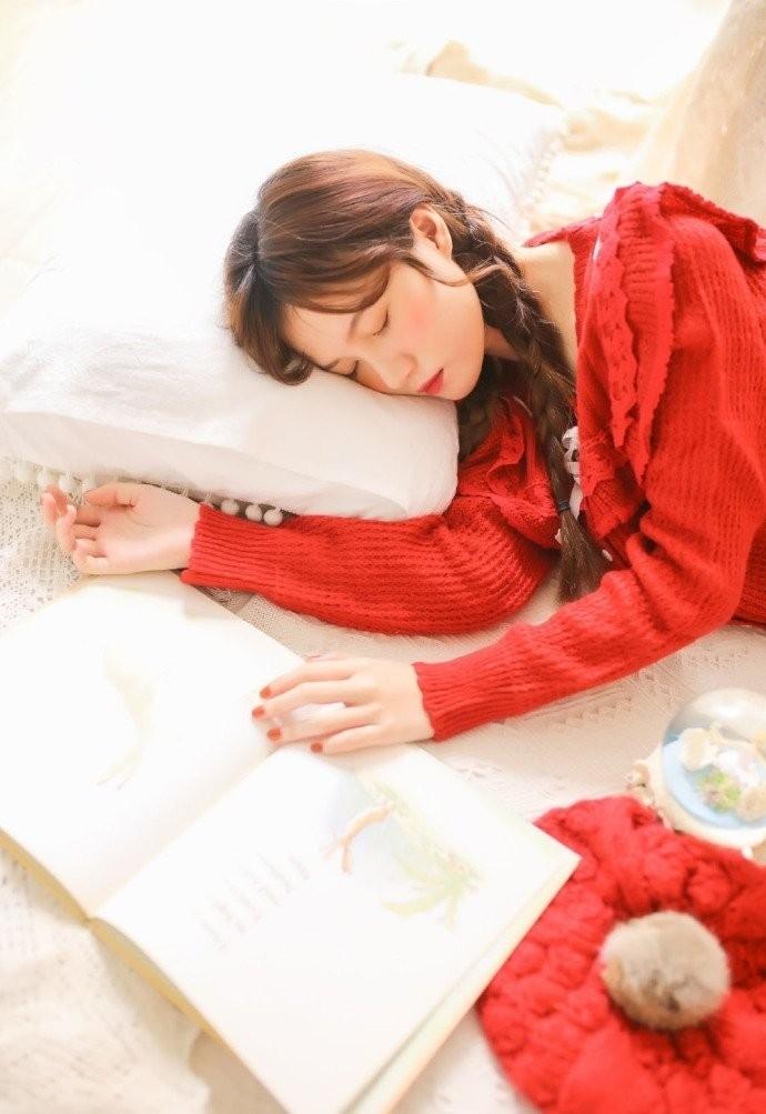 CND-052俏丽佳人陈良玲红色深v长裙性感内衣诱惑超高清美女图片