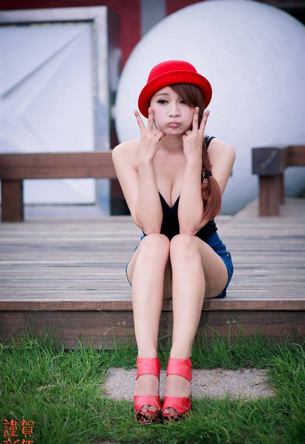 4JUX-472俄罗斯美女低胸吊带丰盈美乳春光乍泄私房写真