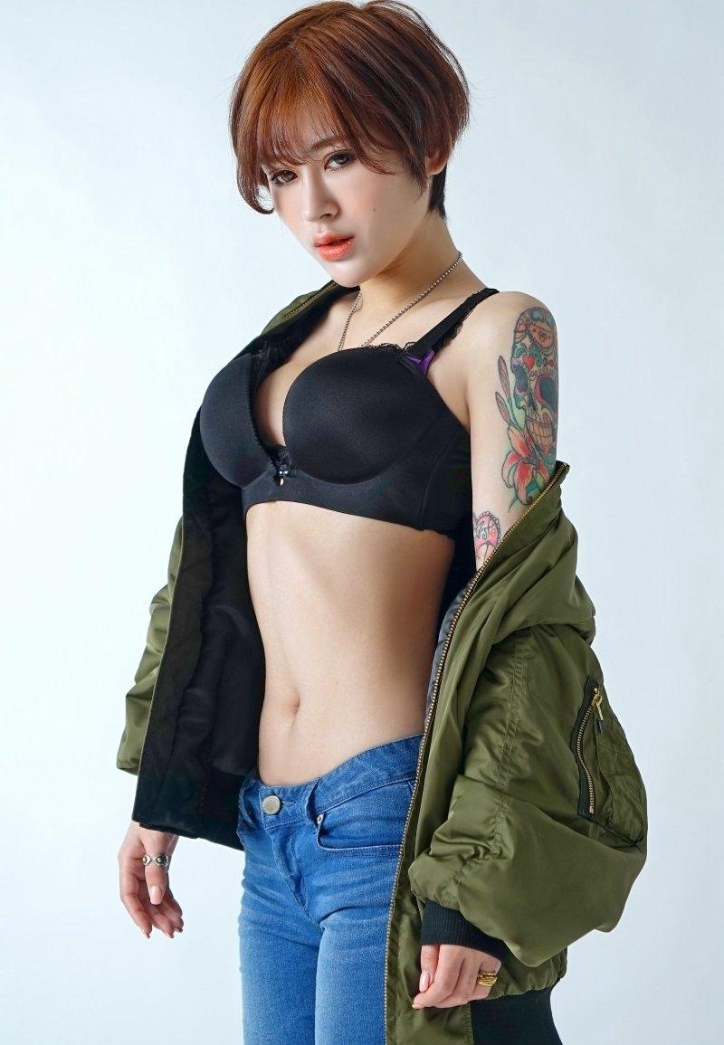 CJOB-042风骚荡妇金娜娜红色低胸超短裙诱惑傲人事业线搔首弄姿写真