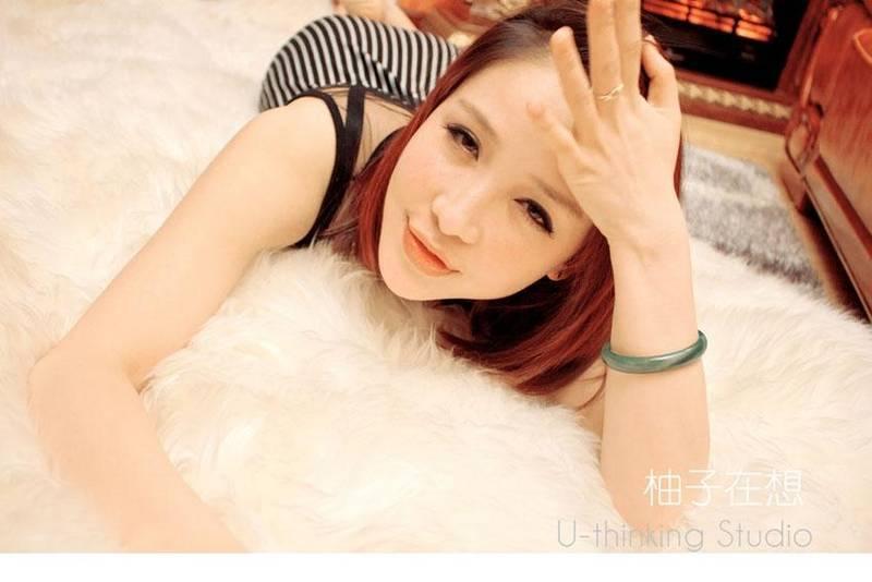 KK183性感女神诱人私房吊带内衣乳沟火辣肥臀照片写真图片
