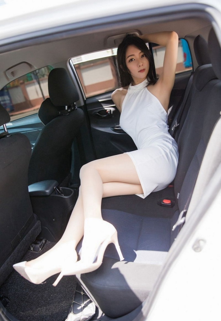 4IPX-015御姐美女情趣吊带裙深沟美足火辣性感写真