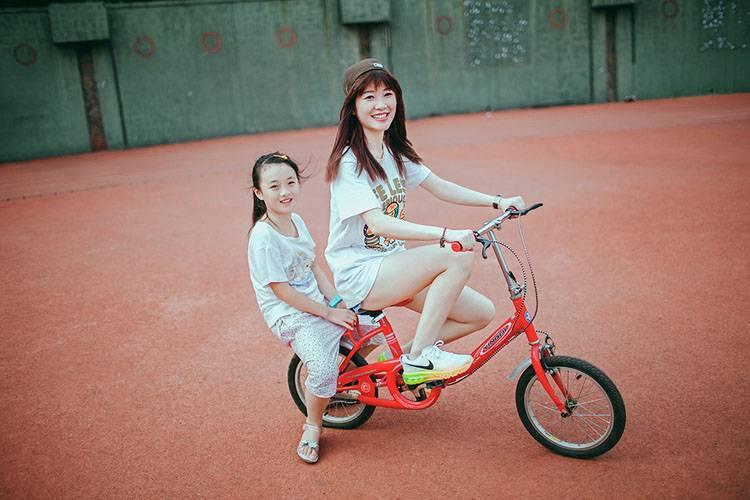 4EBO-438韩国美少妇红色长裙秀美腿