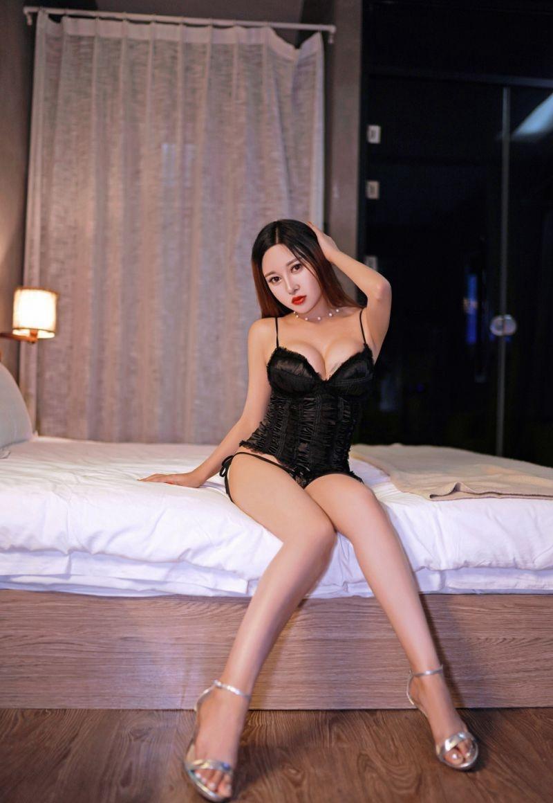 BLK-241大胸单眼皮女孩性感女仆装床上写真