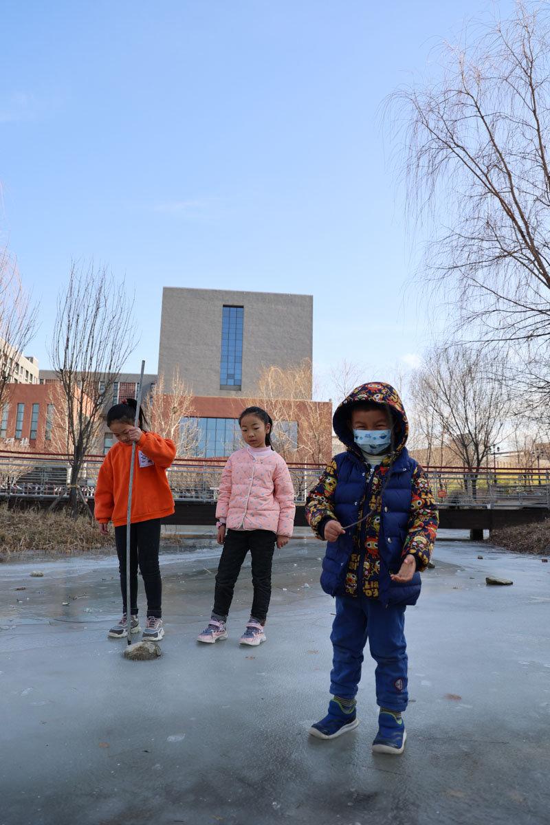 儿子以前从来没有在冰面上玩耍过