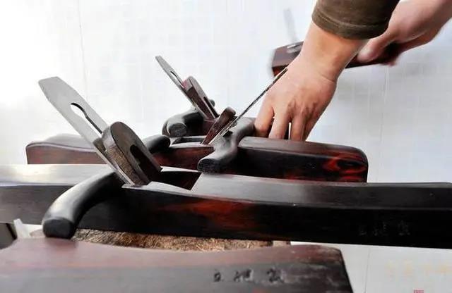"""""""匠心雕龙"""":记传统硬木家具修复大师——王继众、王岳父子"""