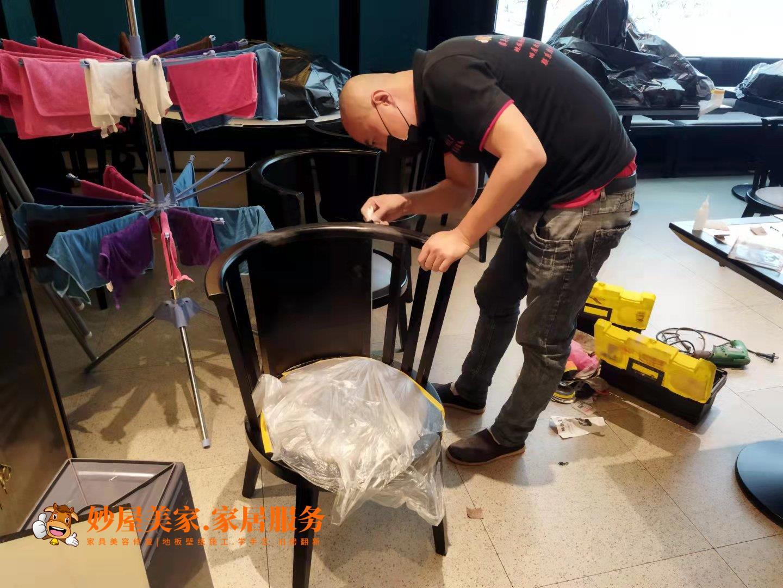 妙屋美家家具维修服务展示:万达广场餐桌修复