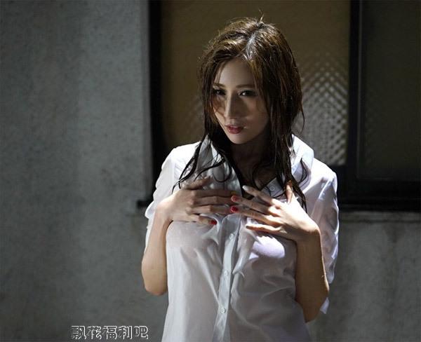 京香julia和男同事的爱情在雨夜开始萌牙