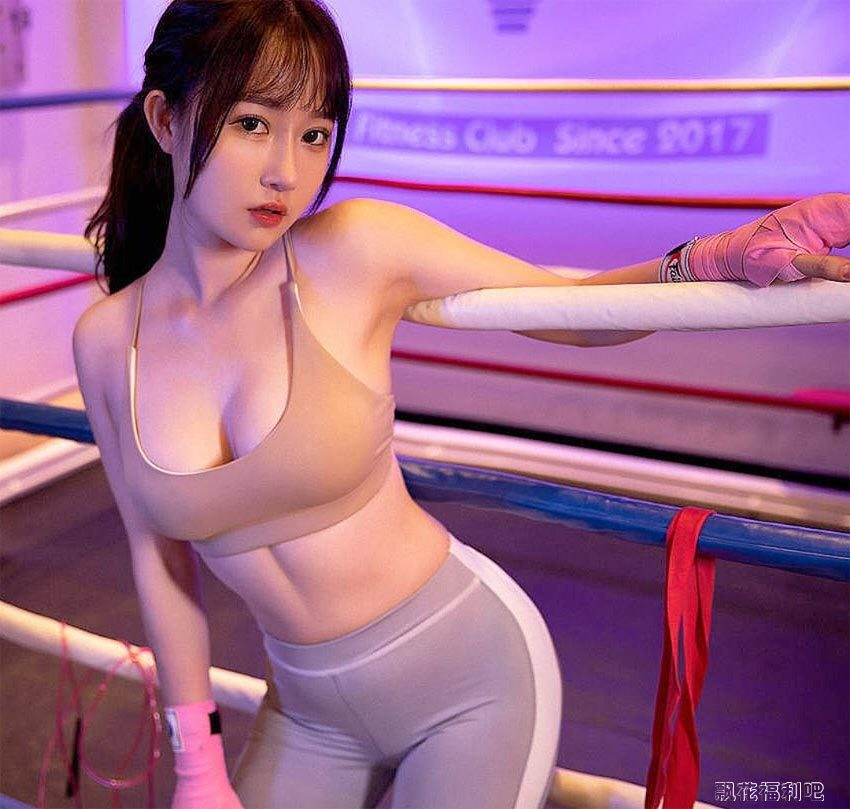 运动型美女 紧身瑜伽裤下挡不住的风情