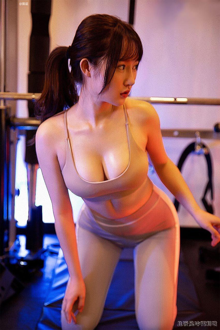 穿着紧身瑜伽裤的运动美女