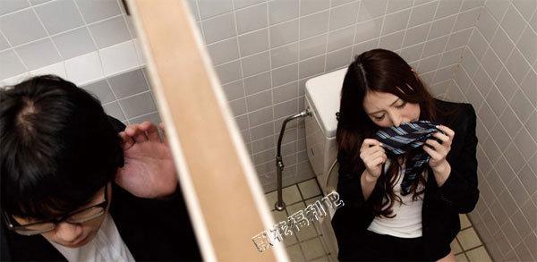 女子上厕所后发现忘了带纸
