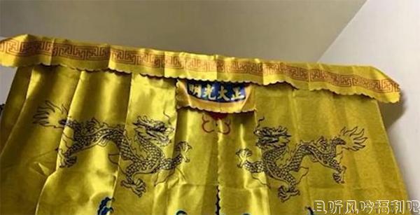 高校男生将床铺围上金銮殿床帘 万事俱备只欠嫔妃了