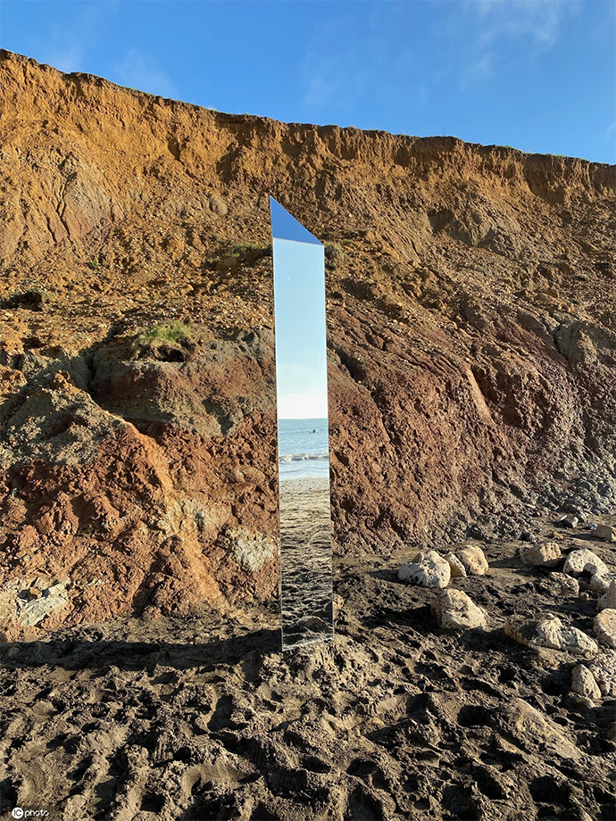 英国怀特岛发现神秘金属巨石