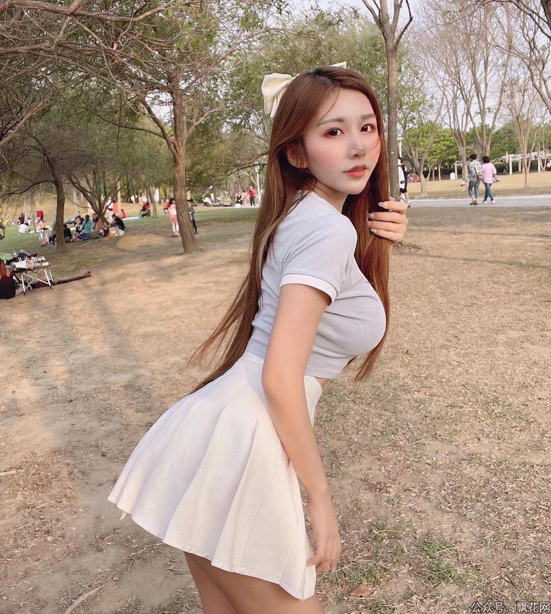 妹子穿着短裙在小树林等你