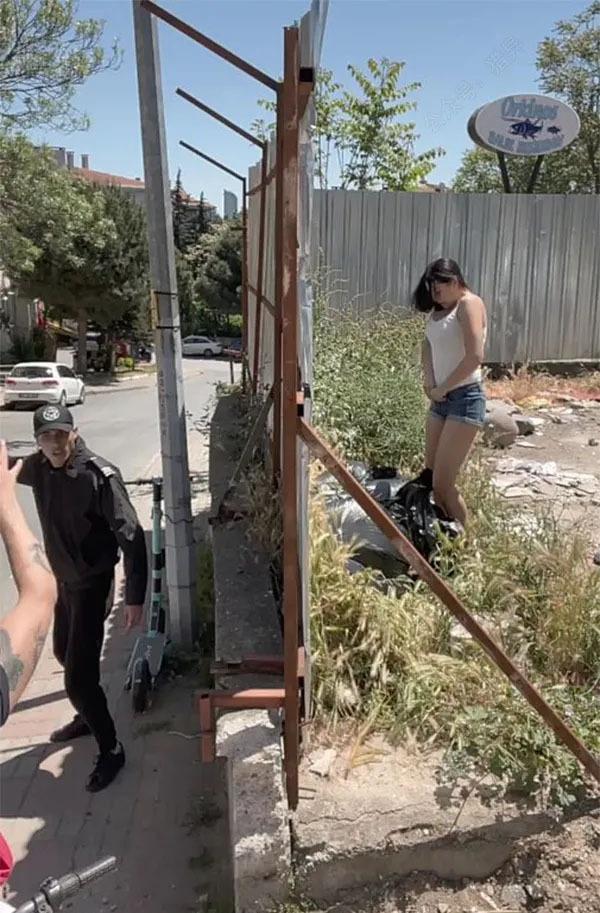 女子被追捕情急下竟然脱衣脱裤