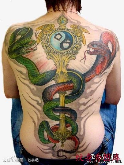 男生后背潮流经典的满背蛇纹身图案