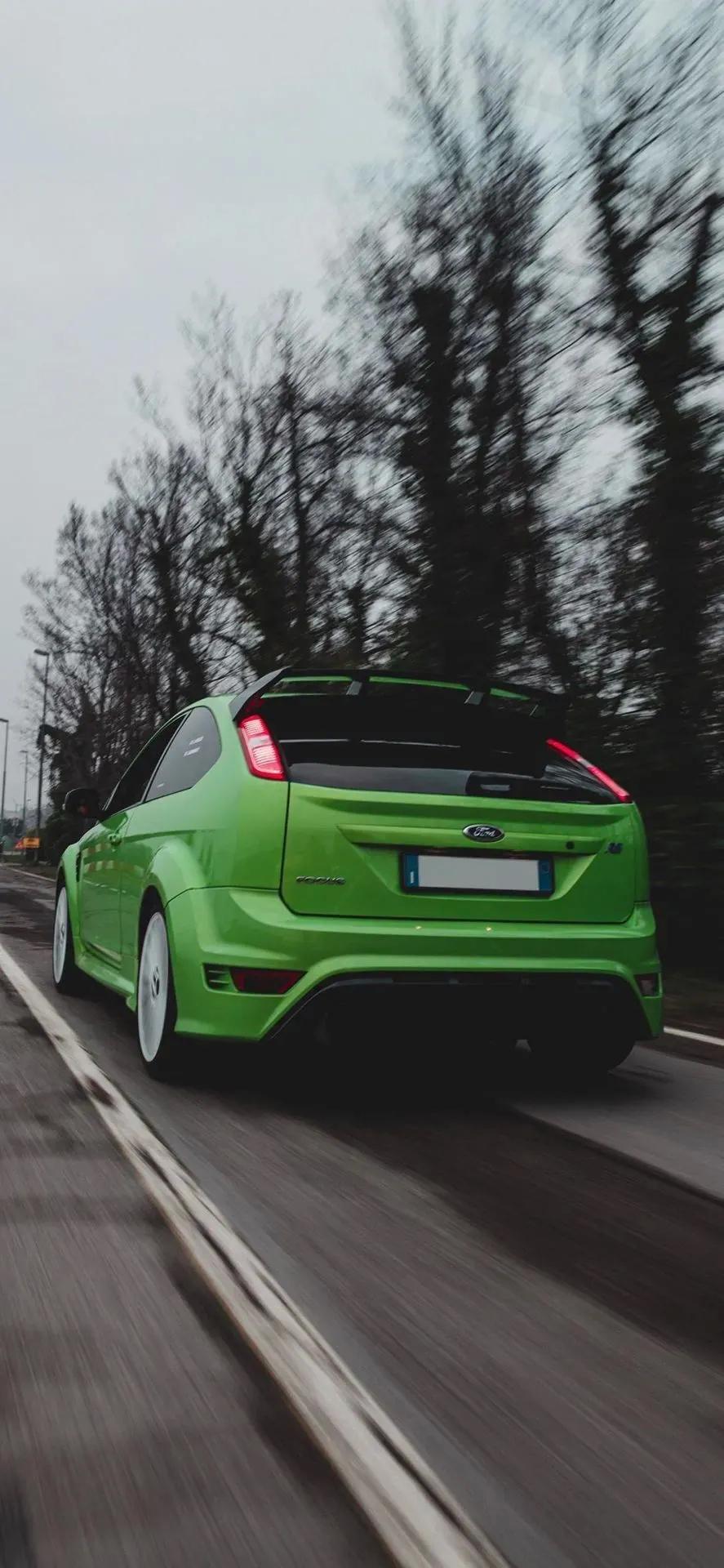 绿色福克斯高速行驶手机壁纸