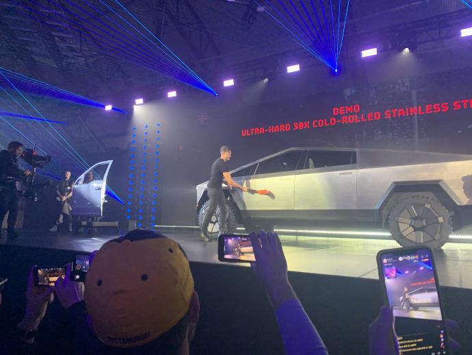 """特斯拉Cybertruck全钢皮卡车,满满""""未来范儿""""的战车 liuliushe.net六六社 第2张"""