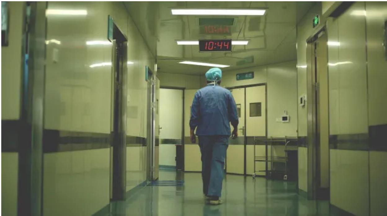 我在 ICU 做护士,遇见昏迷的伴娘 、自杀的女童与吞蛇胆的男人