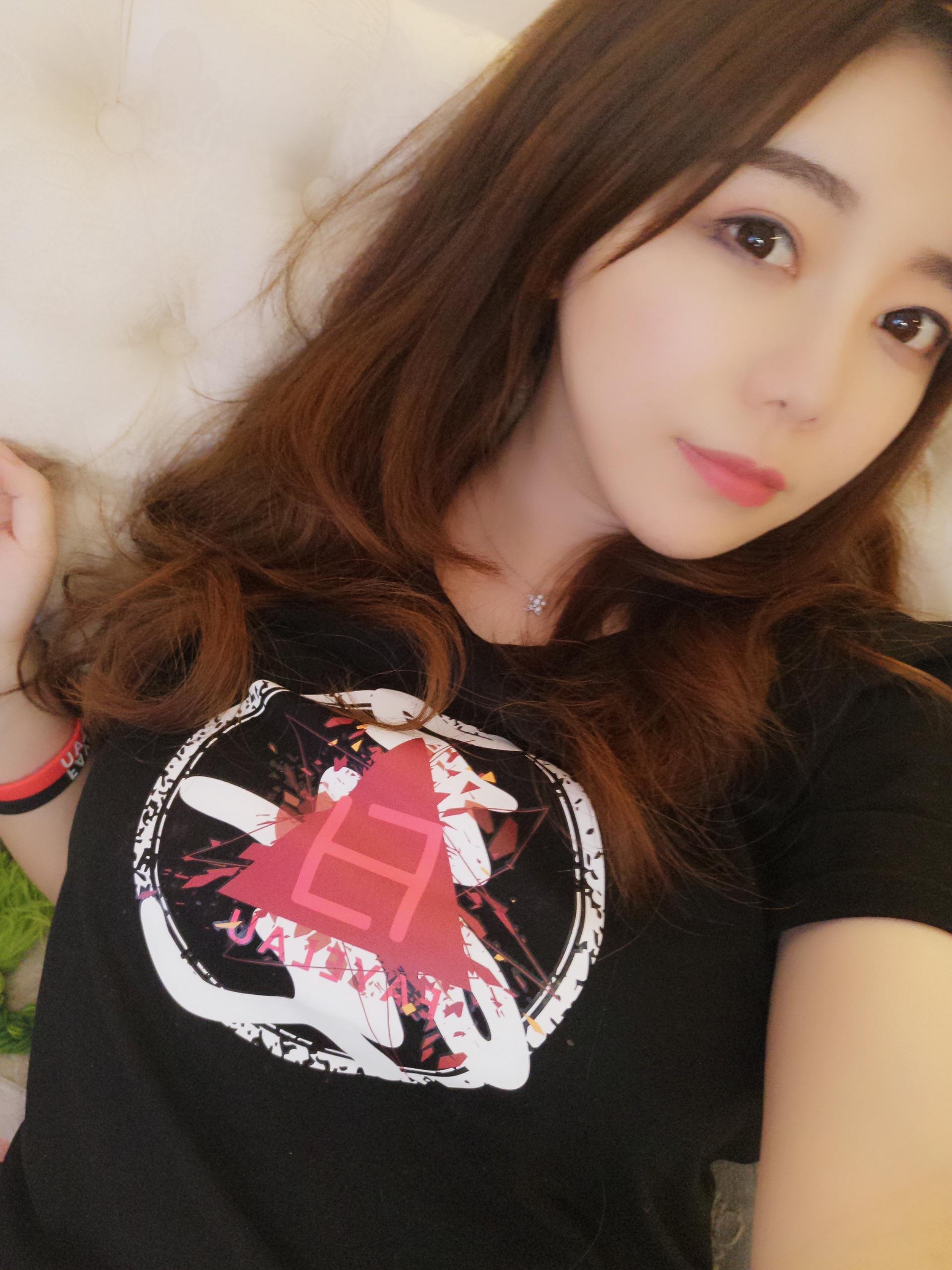 刘飞儿Faye葵 ✖️ FAYELAU 纪念款T恤做好了_美女福利图片