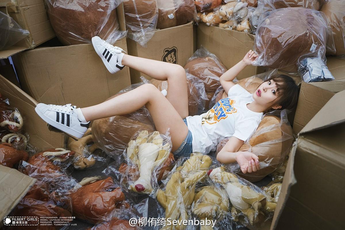 柳侑绮Sevenbaby被朱竣維 直接扔到冰河世纪榛果抱枕的仓库里_美女福利图片(图2)