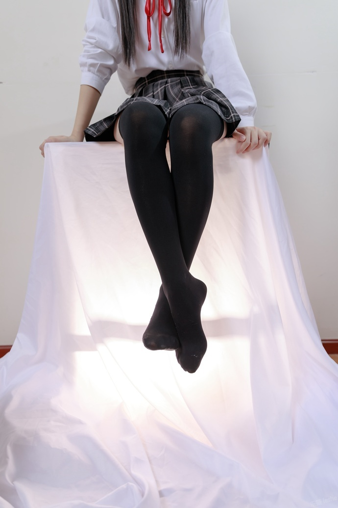 高高凳子上的黑丝 JK 少女 清纯丝袜