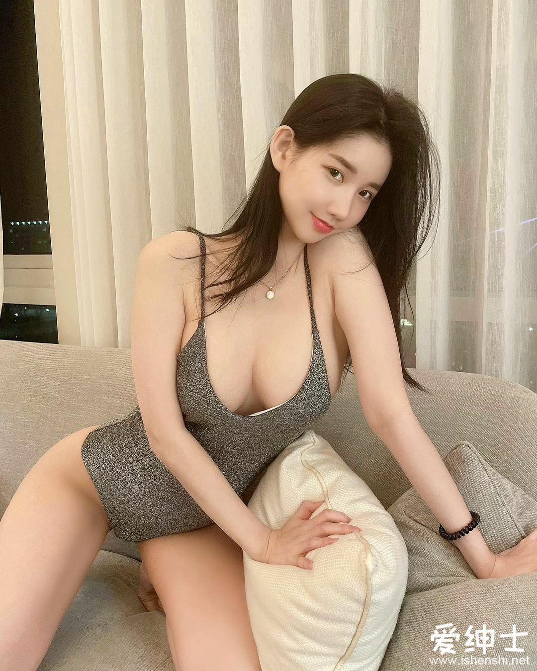 韩国性感美女DJ「MIU」犯规坐姿大秀「爆乳美腿腿」,让人怎么专心工作!