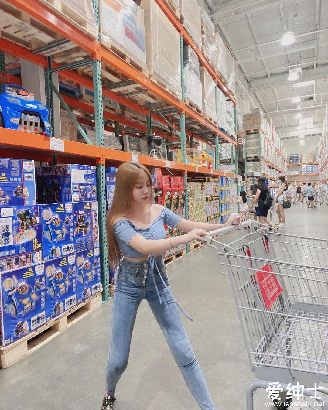 超市偶遇「丰乳翘臀」小萝莉!超大蜜桃臀让人目不转睛!