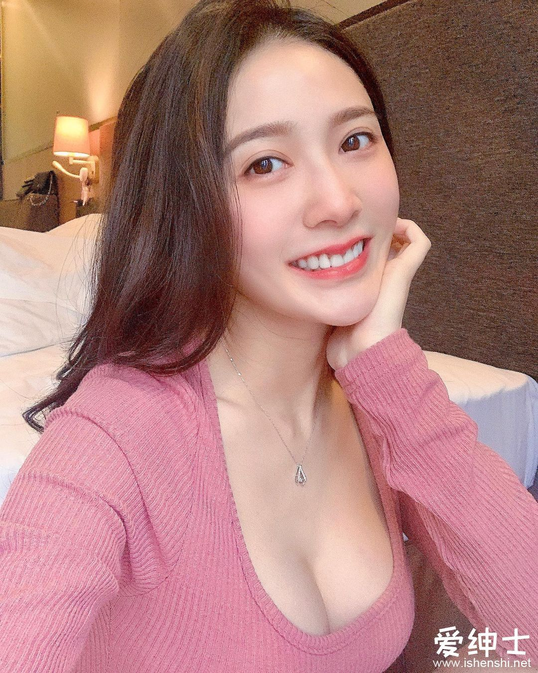 气质美女「张语婕」光顾保龄球馆,裙下露出白皙修长美腿,性感比基尼装辣翻天!