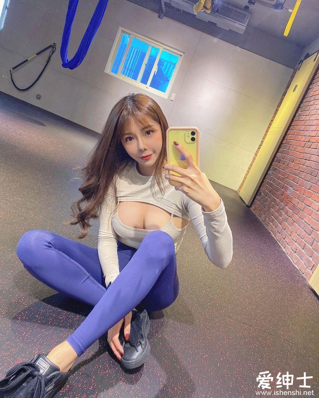 台湾美女主持人「晴天Sunny」空中瑜珈秀曲线身材,性感泳装大长腿十足的天然美女!