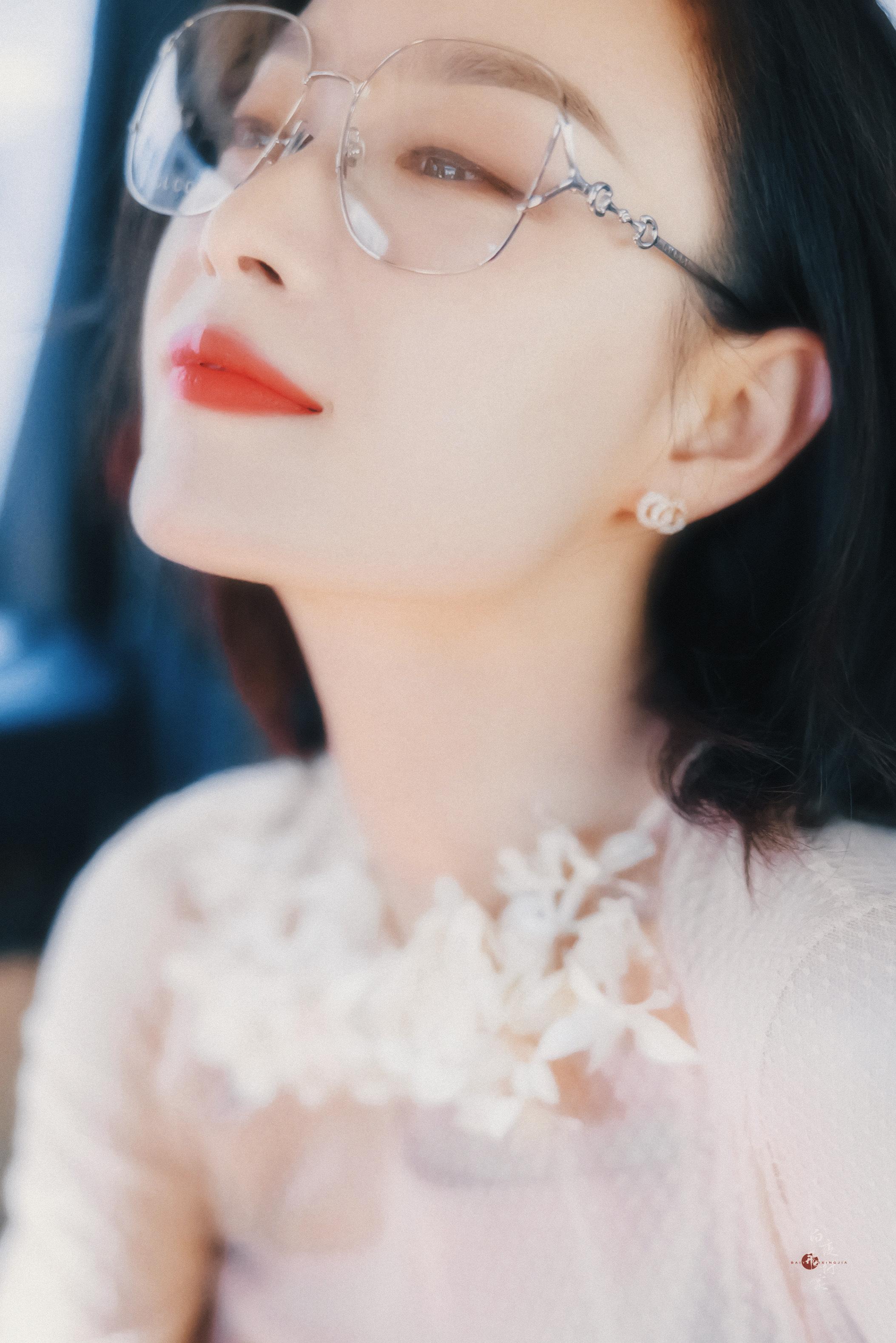 倪妮戴眼镜唯美写真图片,美惨了