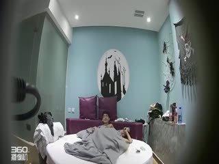 情趣酒店古堡房偷拍四眼仔和女友开房翻云覆雨