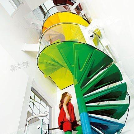 彩虹房子的螺旋楼梯
