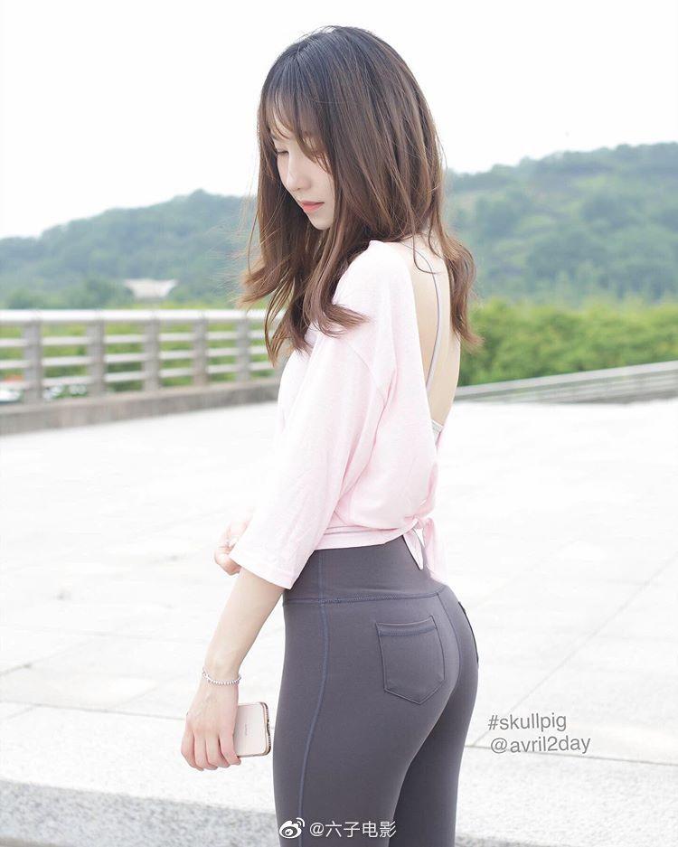 靠臀部走红的韩国网红avril2day 这美腿与桃心臀的搭配太完美