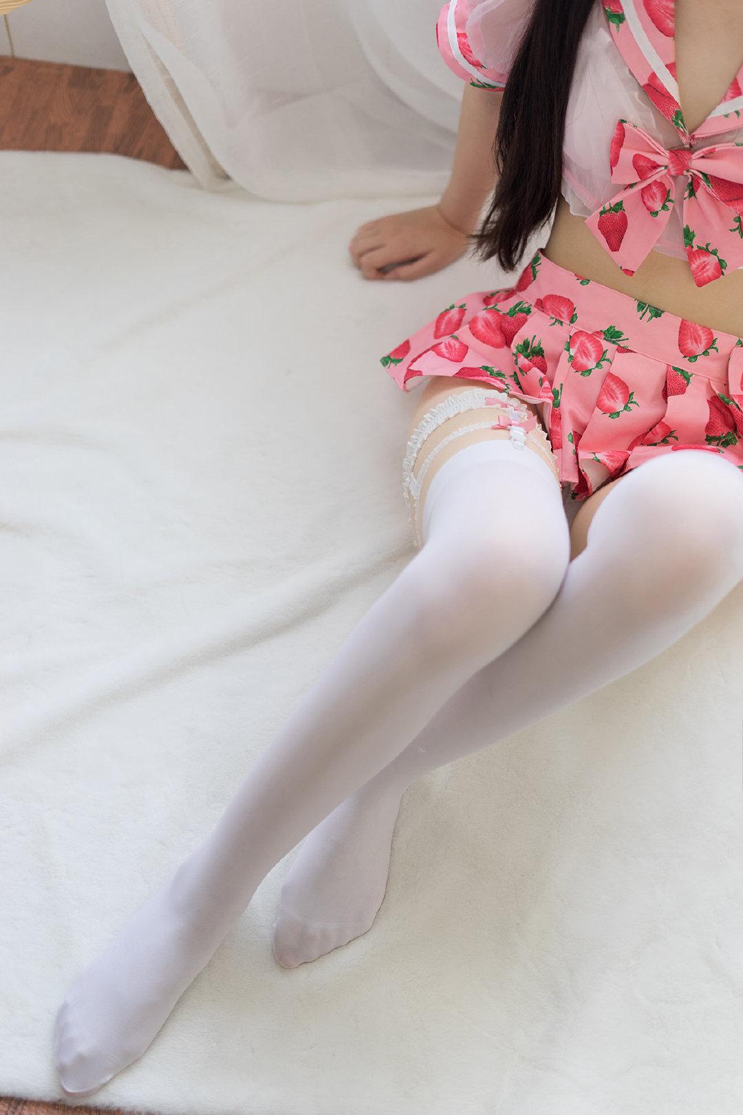 妹纸图:清纯粉色草莓下的白丝