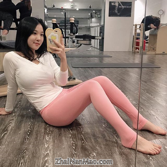 jianzhide.com_韩国肉感女神seulmin瑜伽房姣好身材秀美照