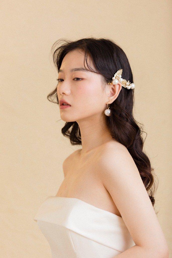 简单的新娘发型中分长卷发图片