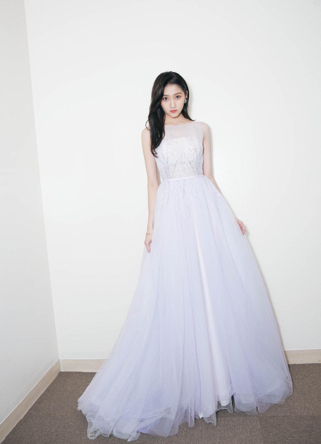 迪丽热巴婚纱造型热度刚稍稍退却,关晓彤婚纱造型又成热搜