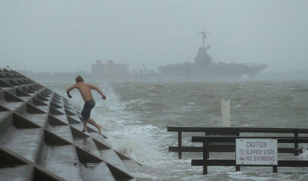"""飓风""""汉娜""""刮倒美墨边境墙,美国网友:欢迎汉娜,下一站白宫"""