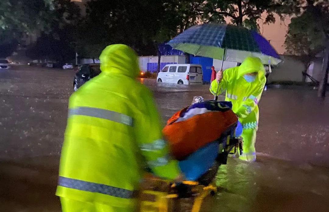 河南暴雨,郑州暴雨,暴雨之下的平凡英雄