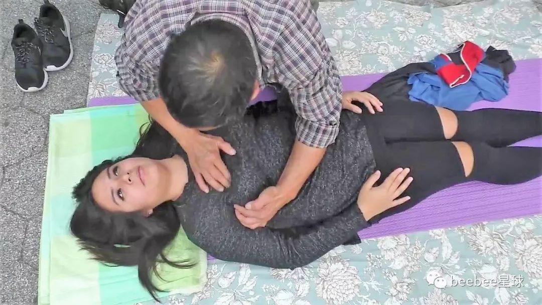 中国怪叔叔在纽约街头搞野生按摩,中招的姐姐全是自愿的 涨姿势 第24张