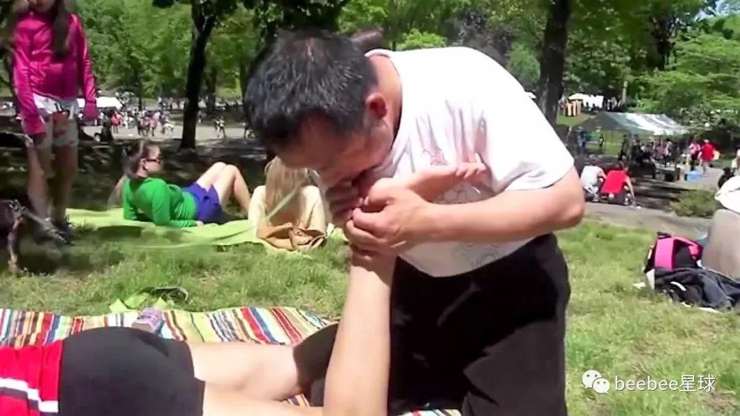 中国怪叔叔在纽约街头搞野生按摩,中招的姐姐全是自愿的 涨姿势 第25张