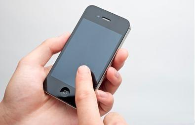 黑色手持苹果手机图