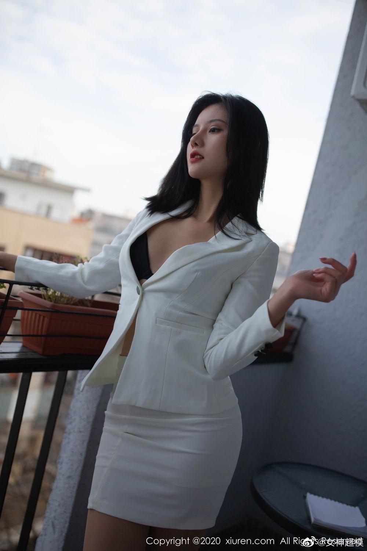 就是阿朱啊东欧旅拍 职业装扮下的极致魅惑 发现美