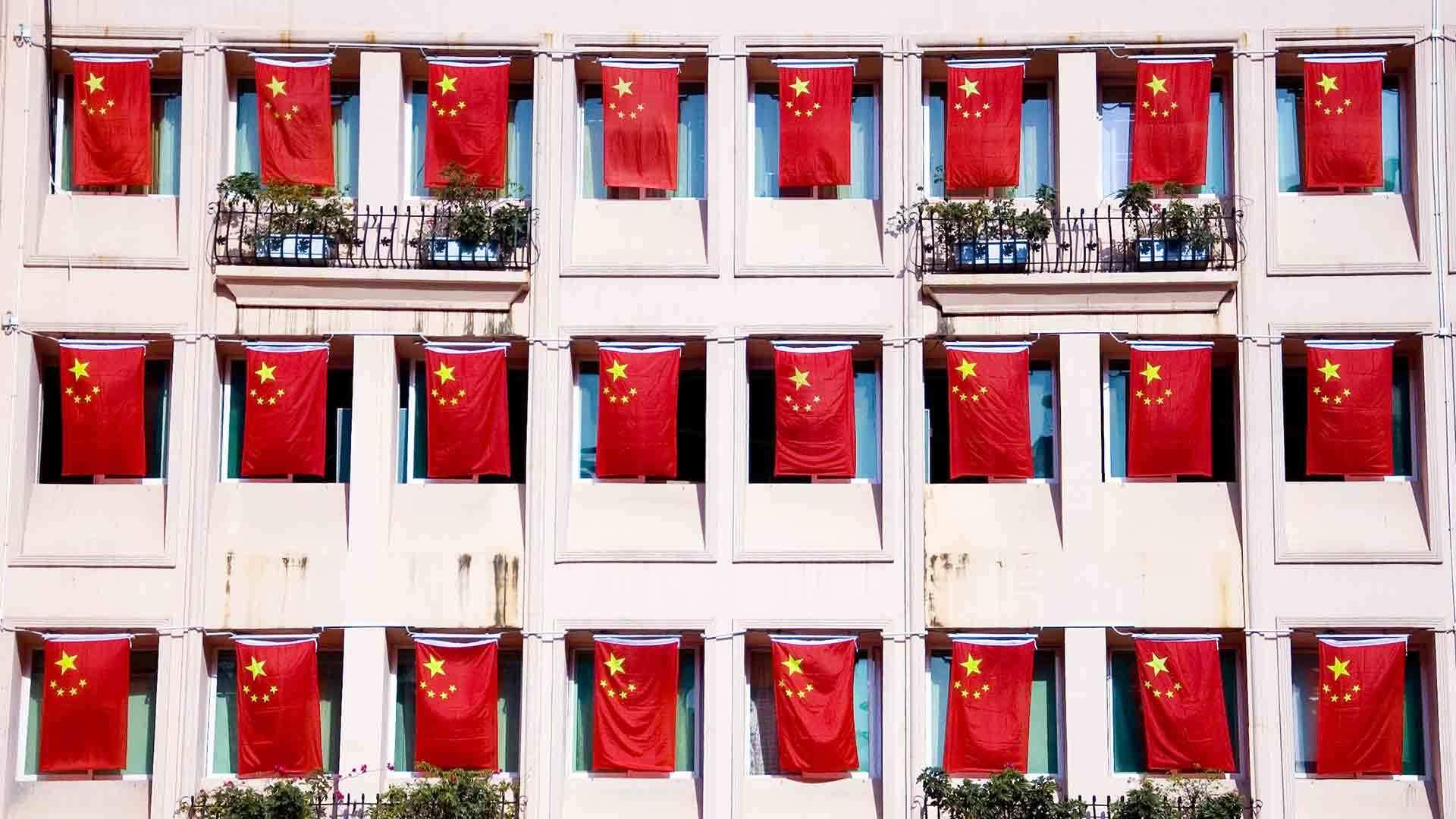 五星红旗迎风飘扬