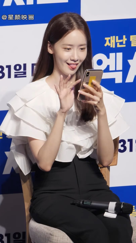 允儿出席韩国电影《极限逃生》作品的现场直播,粉丝默默拍下女神的瞬间